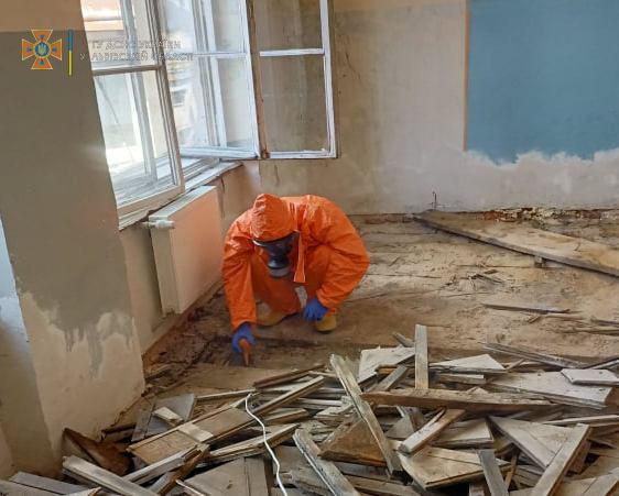 У Львові під час ремонту під підлогою знайшли кульки ртуті. Фото: ДСНС