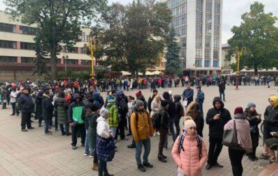 У Франківську сотні батьків всю ніч стояли у черзі під ЦНАПом, щоб зареєструвати дитину у садочок. Фото: Галицький Кореспондент