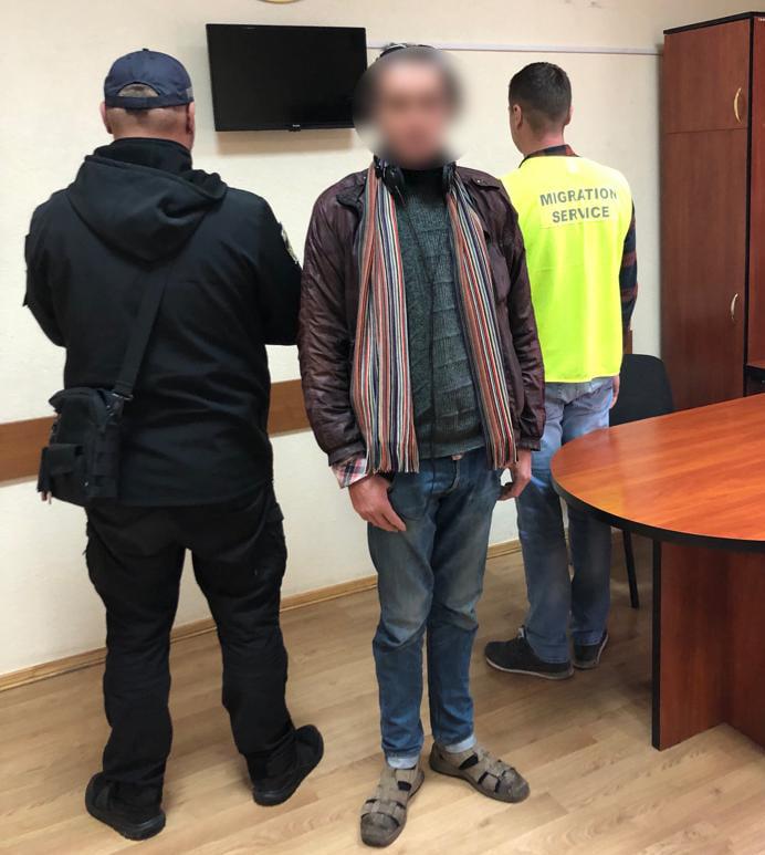 У Львові іноземець «поселився» у торговому центрі. Фото: Національна поліція