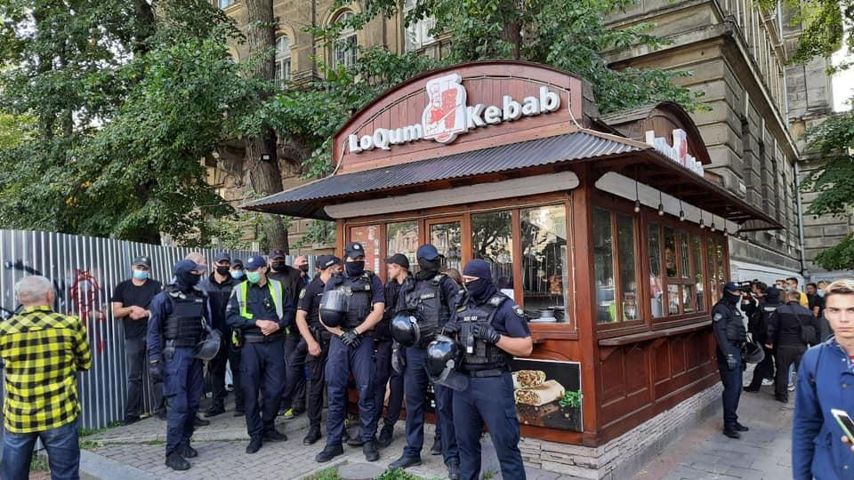 У центрі Львова не можуть демонтувати МАФ через агресивного власника. Фото: Варта1