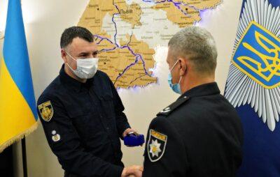 Поліцейський з Новояворівська Володимир Стадник отримав відзнаку за порятунок двох людей з палаючого будинку. Фото: Нацполіція