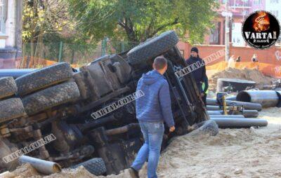 У Львові перекинулася вантажівка. Фото: Варта1