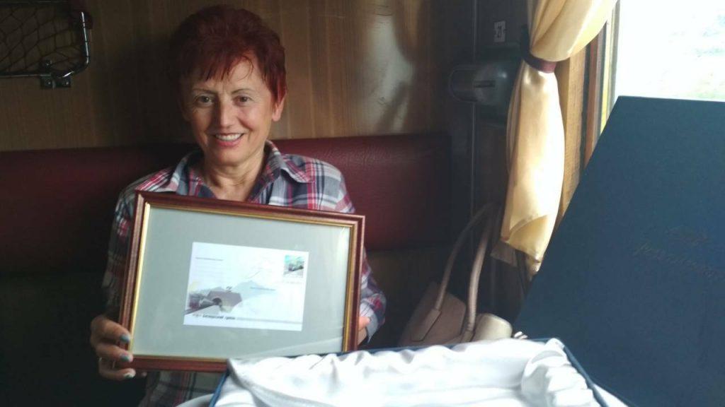 Першим пасажирам, які проїхали через новий двоколійний Бескидський тунель, Укрзалізниця вручила пам'ятні сувеніри
