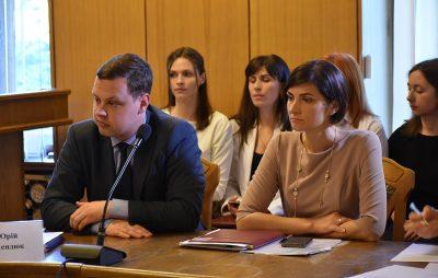 Директор департаменту транспорту Роман Кокотайло і директор департаменту соцзхаисту Львівської ОДА Наталія Кузяк