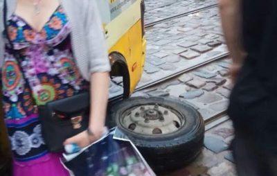У центрі Львова у маршрутки відлетіло колесо. Фото - Варта-1