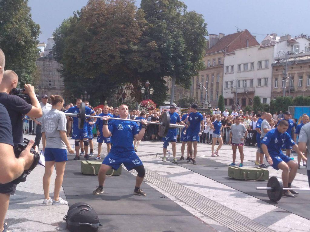 Біля пам'ятника Шевченку стартували змагання з кросфіту серед десантників