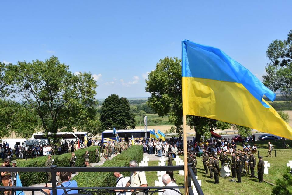 На Золочівщині із почестями перепоховали загиблих у липні 1944-го вояків-дивізійників