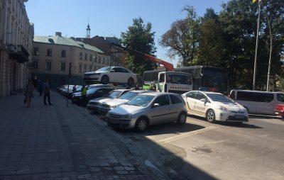 На вулиці Винниченка евакуювали автомобіль
