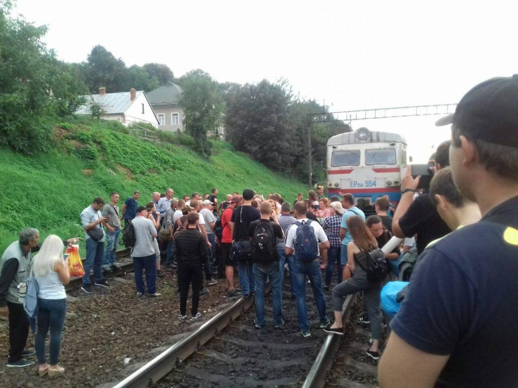 У Львові перекрили колію. Фото Валерій Караман