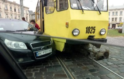 У Львові автомобіль не розминувся із трамваєм