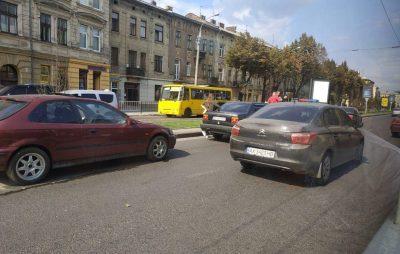 У центрі Львова не розминулись чотири автомобілі