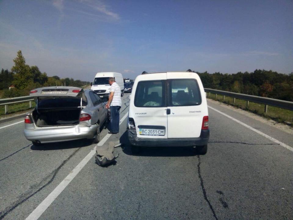 """На трасі """"Київ - Чоп"""" зіткнулись три автомобілі, фото - Варта-1"""