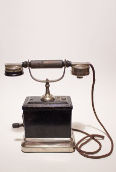 Телефонний апарат, поч. ХХ ст. Фото: Державний меморіальний музей Грушевського у Львові