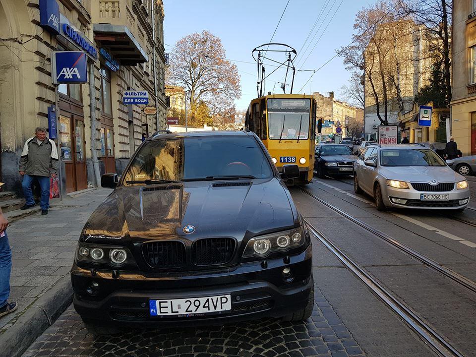 """Як у Львові водій на """"євробляхах"""" заблокував рух трамваїв"""