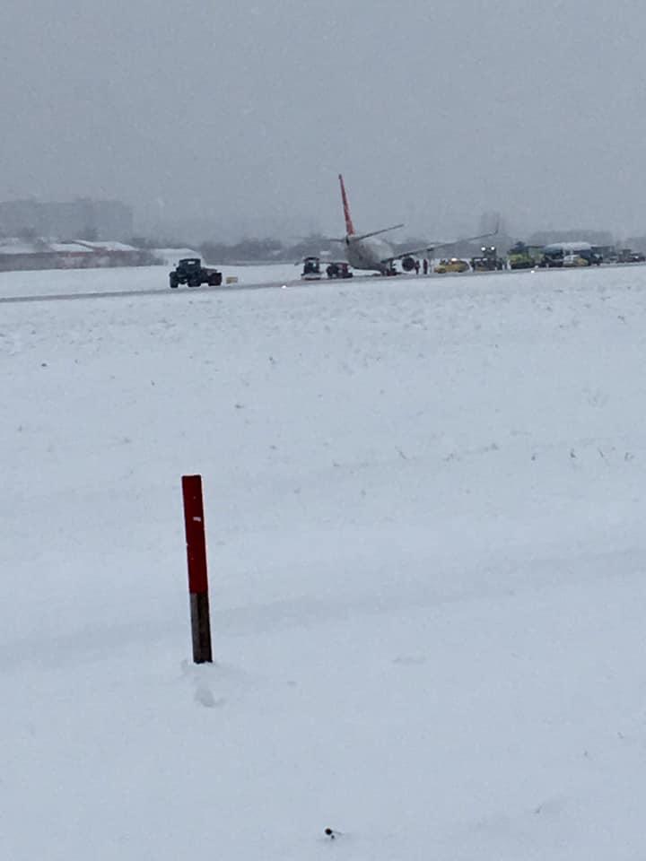 З'явилися фото літака, який зазнав аварії у львівському аеропорту. Фото: Depo.Львів
