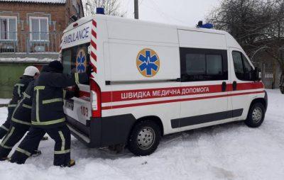 У Львові рятувальники відбуксирували швидку допомогу. Фото: відкриті джерела.