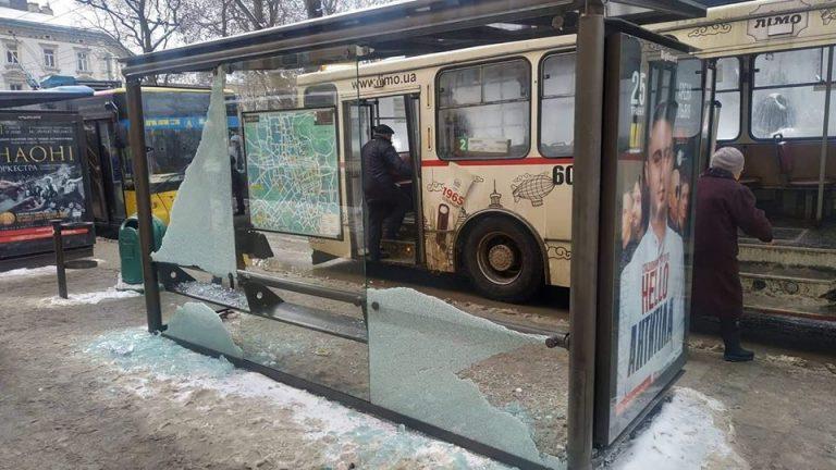 У Львові розбили ще одну зупинку громадського транспорту. Фото: Твоє місто