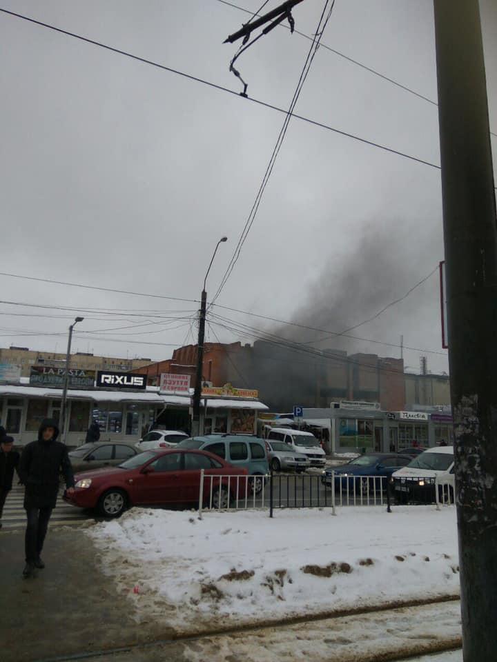 У Львові біля ринку трапилась пожежа. Фото: Варта1