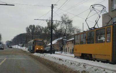 У Львові машина влетіла в трамвай. Фото: Варта1.
