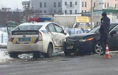 У Львові Хонда влетіла в поліцію. Фото: Ігор Зінкевич.