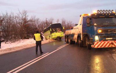 На Львівщині автобус злетів з траси. Фото Варта-1