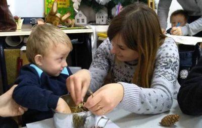 На Львівщині дітей вчили виготовляти годівниця. Фото: прес-служба ЛОДА.