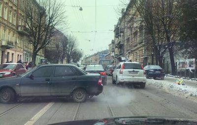 Як у Львові трамвай не розминувся із автобусом