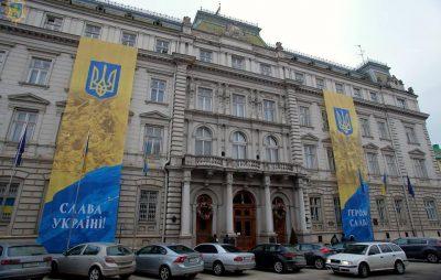 Будівлю Львівської ОДА прикрасили державною символікою. Фото прес-служба ЛОДА