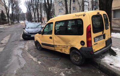 У Львові нетверезий водій в'їхав в припарковане авто. Фото: Варта1.