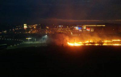 Як у Львові поблизу об'їзної палять траву. Фото: Варта1.