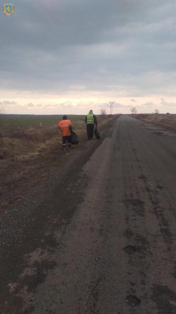 На дорогах Львівщини триває масштабне прибирання