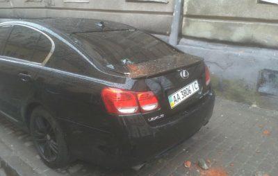 У Львові фасад будинку обвалився і пошкодив автомобіль