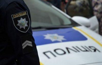У Радехові на святі останнього дзвоника поліцейські вручили двом школяркам подяки. Фото: відкриті джерела.