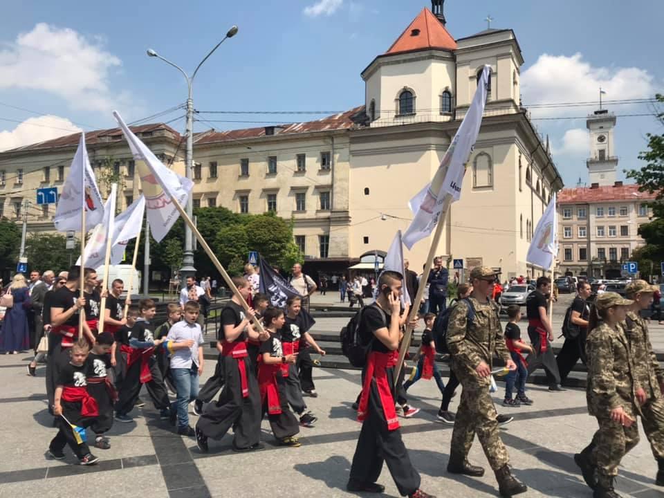 З нагоди Свята Героїв вулицями Львова пройшла урочиста хода. Фото: 4studio.