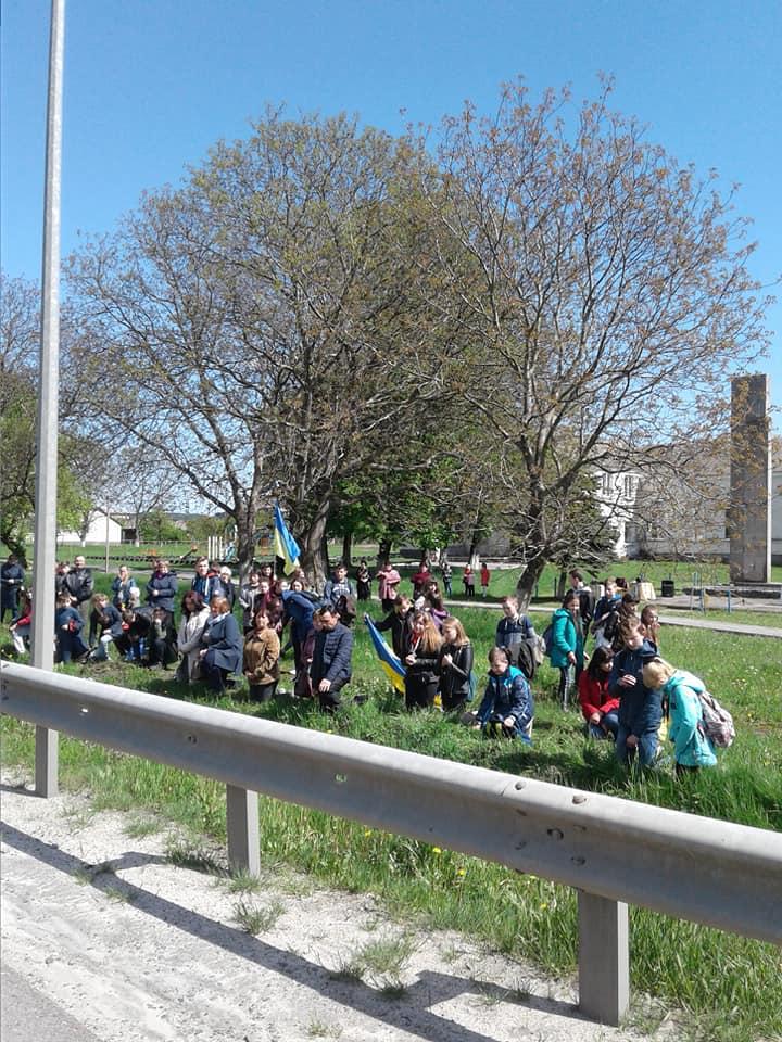 Як на Львівщині діти і дорослі на колінах прощаються з Героєм. Фото Тетяна Лісковецька