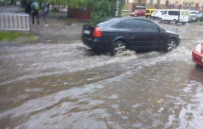 У Львові через негоду затопило вулицю. Фото: Варта1.