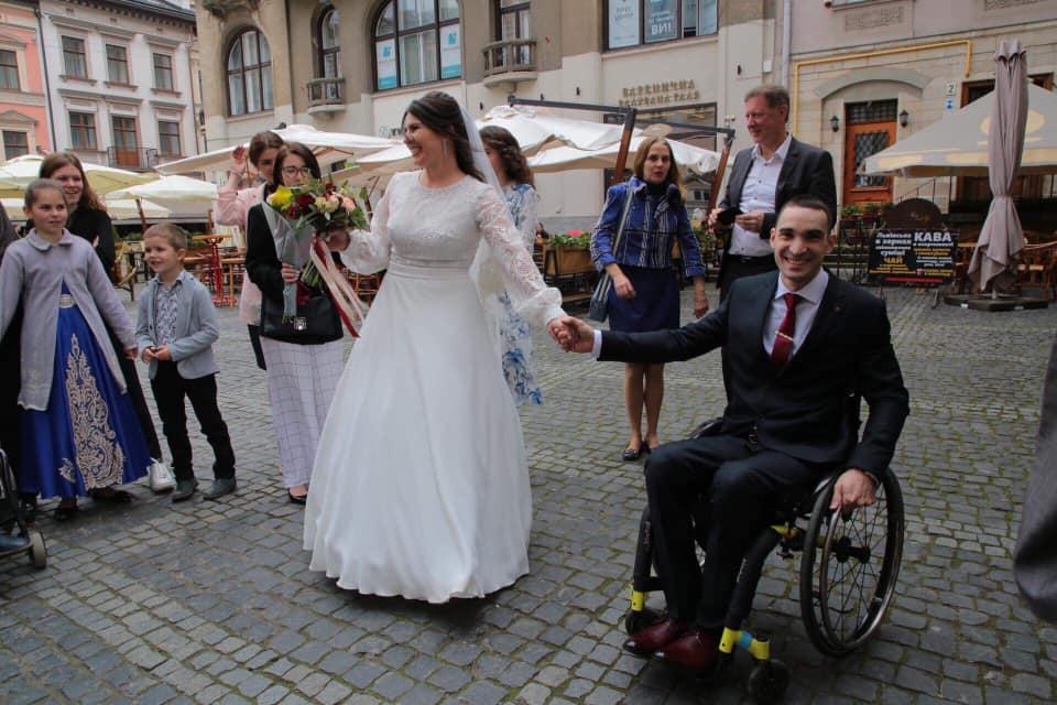 Синютка привітав учасника команди Ігри Нескорених з одруженням. Фото Олег Синютка