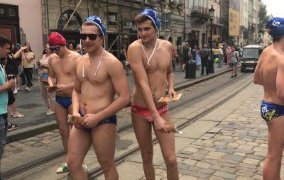 У Львові ватерполісти пройшлись у плавках. Фото: 4studio.