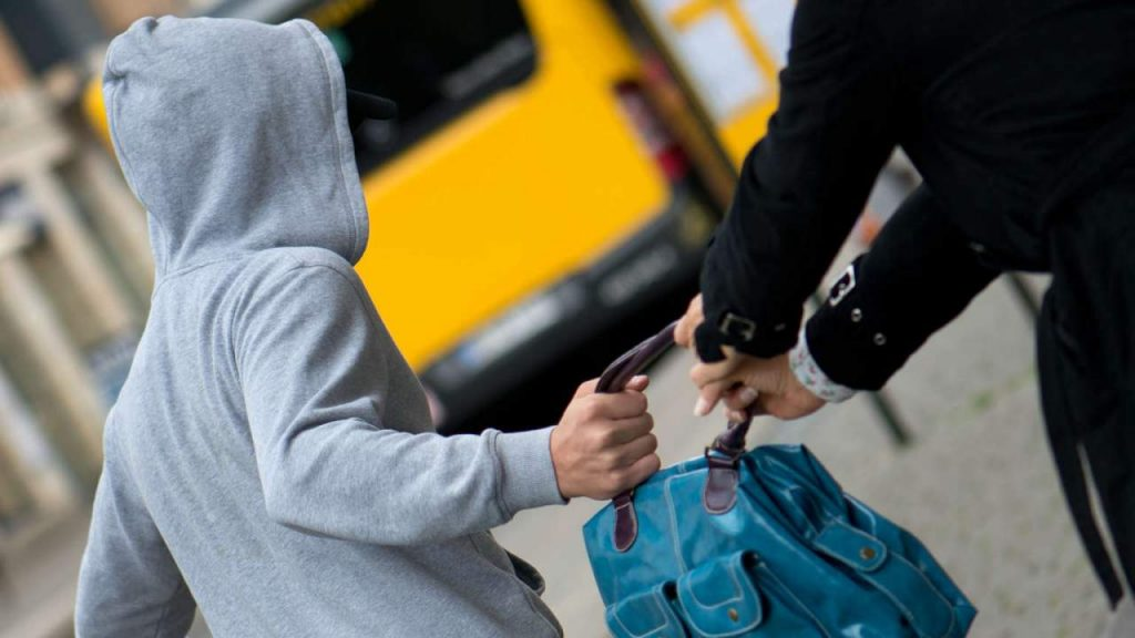 У Львові чоловік вкрав рюкзак у 9-річної дівчинки. Фото: відкриті джерела.