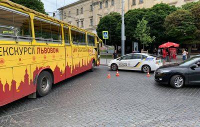 У центрі Львова туристичний автобус не розминувся з автомобілем