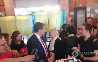 Разумков на дільниці скандалив із виборцями. Фото: Обозреватель.