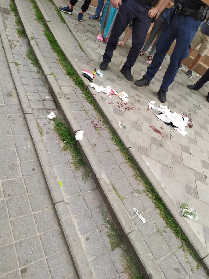 У Львові чоловік ледь не вбив ножем перехожого. Фото: Варта1.
