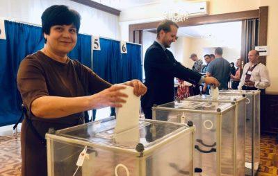 У Варшаві з самого ранку черга на дільниці для голосування. Фото: Andrii Deshchytsia.