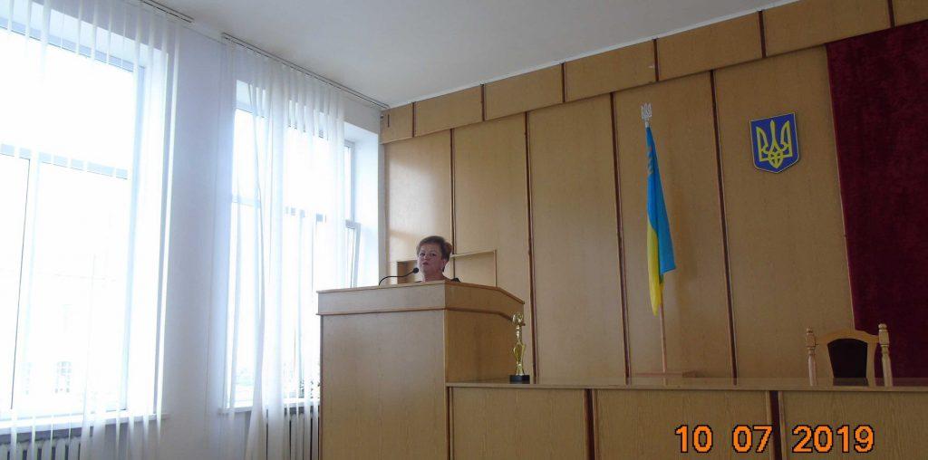 Синютка подякував Надії Щур за роботу. Фото: Жовківська районна рада