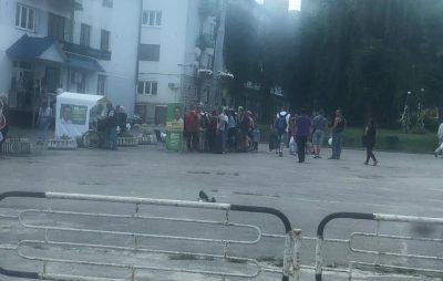 Як кандидати від Зеленського на Львівщині роздають виборцям солодку вату. Фото НеТиповий Борислав