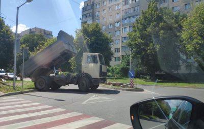 """Як у Львові водії не можуть не проїхати через геніальність урбаністів. Фото: """"Дорога на захід""""."""