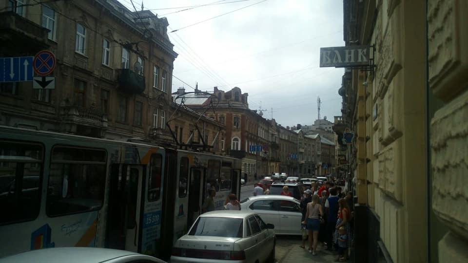 У Львові через ДТП зупинився рух транспорту. Фото: Варта1.
