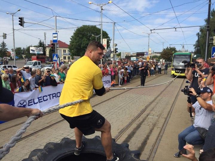 У Львові до Дня прапора встановили рекорд України з перетягування трамваїв. Фото: 4studio.