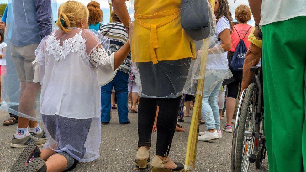 Навіщо деякі іспанці щороку лягають в труну. Фото: BBC Україна