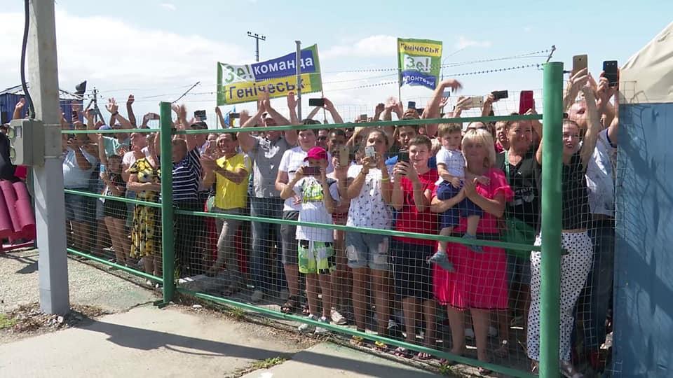 На Херсонщині шанувальників Зеленського тримали за високим парканам з колючим дротом. Фото: Mila Ya.
